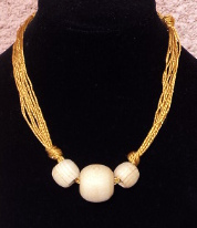 Collier avec perles en cèdre