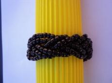 Entrelacs de perles noires