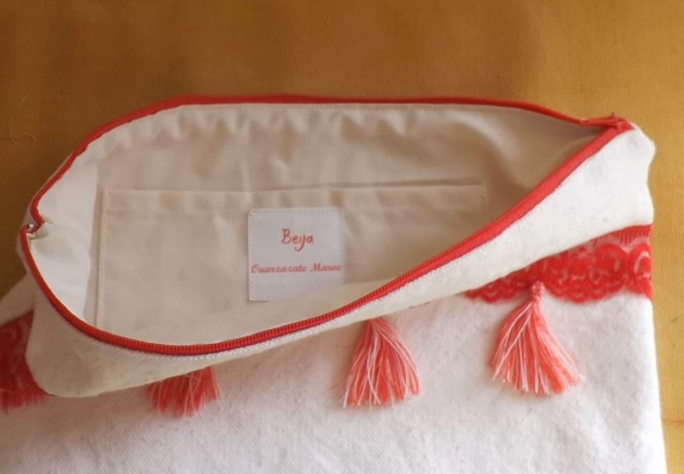 interieur du sac à pompons rouges avec etiquette beija