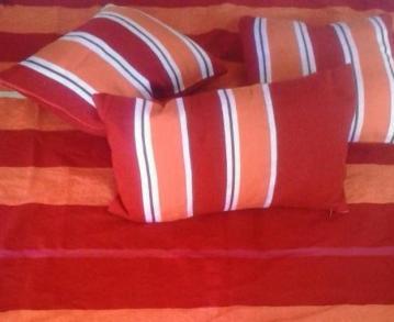 coussins et jeté de lit